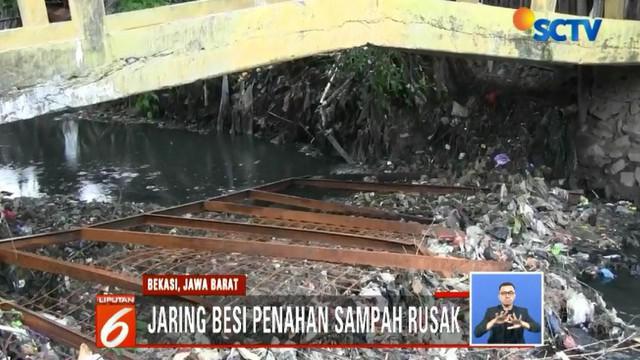 Kuat dugaan sampah-sampah tersebut berasal dari wilayah Bekasi yang belum tuntas dibersihkan dan juga masih banyaknya warga yang membuang sampah ke kali.
