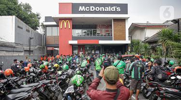 FOTO: BTS Meal Mulai Dijual, Gerai McDonald's Diserbu Ojek Online