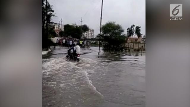 Pengemudi sepeda motor serta kendaraannya hanyut terseret arus deras banjir. Insiden ini terjadi di distrik Shivnath, India.