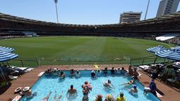 Suasana di dalam stadion Gabba saat pertadingan uji coba kriket antara Australia dan Pakistan di Brisbane, Australia (15/12). (AFP Photo/Saeed Khan)