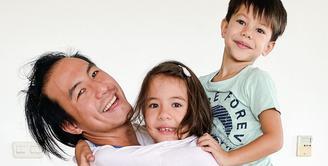 Seperti inilah kebersamaan Daniel Mananta dan kedua anaknya, Mila dan Noam. (Foto: instagram.com/lolagin)
