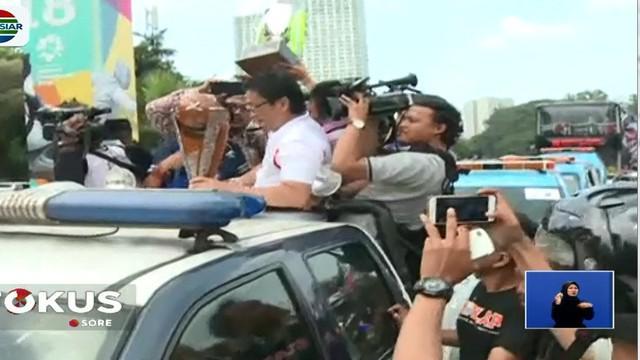 Konvoi kendaraan bergerak dari Gelora Bung Karno melalui Jalan Jenderal Sudirman menuju gedung Balai Kota.