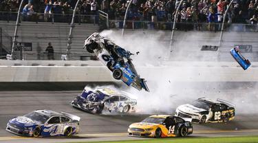 Mobil yang dikendarai Ryan Newman (6) terbang ke udara saat terlibat kecelakaan dalam NASCAR Daytona 500 di Daytona International Speedway, Daytona Beach, Florida, Amerika Serikat, Senin (17/2/2020). Mobil yang dikendarai Ryan terbalik usai bersenggolan dengan pembalap lain. (AP Photo/Terry Renna)