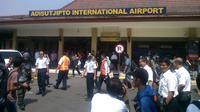Akibat penutupan sementara ini, tercatat ada 10 penerbangan yang harus dibatalkan.