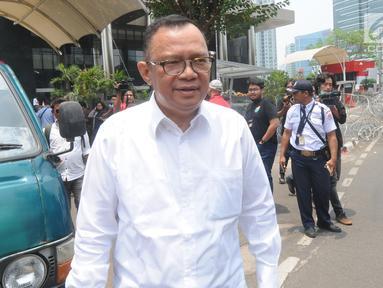 Mantan Sekretaris Kementerian Pemuda dan Olahraga (Sesmenpora), Alfitra Salamm berjalan keluar usai menjalani pemeriksaan oleh penyidik di Gedung KPK, Jakarta, Senin (23/9/2019). (merdeka.com/Dwi Narwoko)