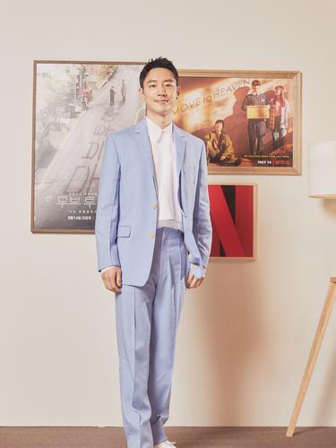 Lee Je Hoon dalam konferensi pers Move to Heaven. (Netflix)