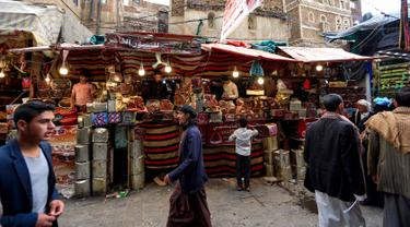 Sejumlah pedagang kurma menunggu pembeli di sebuah pasar di kota tua Sanaa, Yaman, Sabtu (11/5/2019). Kurma menjadi salah satu pilihan umat muslim sebagai menu buka puasa di bulan suci Ramadan. (Photo by Mohammed HUWAIS / AFP)