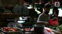 Pedagang melayani pembeli di Pasar Senen, Jakarta, Kamis (11/2/2021). Presiden Joko Widodo atau Jokowi memastikan vaksinasi COVID-19 di sektor pelayanan publik akan dimulai pekan depan. (Liputan6.com/Faizal Fanani)