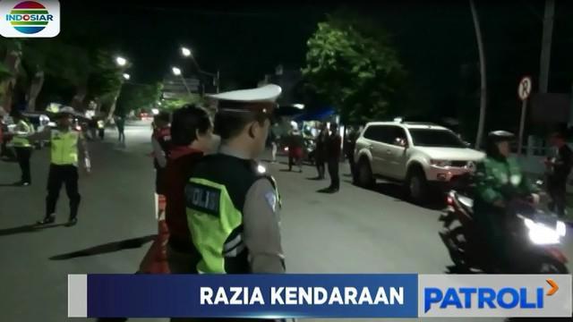 Selain memeriksa kelengkapan doukmen kendaraan seperti STNK dan SIM, polisi juga memeriksa barang bawaan pengendara kendaraan.
