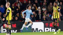 Gelandang Manchester City, Leroy Sane berselebrasi usai mencetak gol ke gawang Watford pada lanjutan Liga Inggris di stadion Vicarage Road (4/12). City menang tipis atas Watford 2-1. (AP Photo/Frank Augstein)