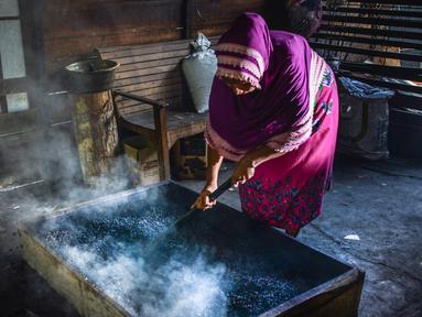 Pekerja mendinginkan biji kopi usai dipanggang melalui metode tradisional di sebuah pabrik di Banda Aceh, Aceh, Rabu (3/3). Aceh merupakan salah satu wilayah penghasil kopi terbaik di Indonesia. (CHAIDEER MAHYUDDIN/AFP)