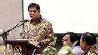 Ketum DPP Golkar Airlangga Hartarto memberi sambutan saat seminar kebangsaan, Jakarta, Senin (15/10). Seminar diharapkan memberikan pengetahuan peserta mengenai pemilu yang diselenggarakan secara damai, bersih, dan bermartabat. (Liputan6.com/Johan Tallo)