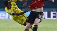 Bek Spanyol, Aymeric Laporte membawa bola dari kejaran pemain Swedia, Alexander Isak pada pertandingan grup E Euro 2020 di stadion La Cartuja di Seville, Spanyol, Senin (14/6/2021). Spanyol bermain imbang atas Swedia 0-0. (AP Photo/Pierre Philippe Marcou, Pool)
