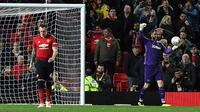 Phil Jones tertunduk setelah gagal menaklukkan Scott Carson pada babak adu penalti. (AFP/Paul Ellis)