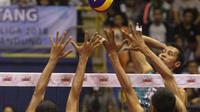 Pemain Jakarta BNI Taplus M Zainudin melancarkan smes yang coba diblok pemain Bekasi BVN pada seri ketiga putaran kedua Proliga 2018 di C-Tra Arena Bandung, Minggu (18/3/2018). BNI Taplus menang 3-1. (Humas PB PBVSI)