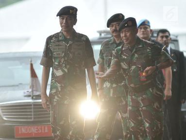Presiden Joko Widodo upacara militer saat tiba di Mabes TNI Cilangkap, Jakarta, Kamis (3/5). Presiden Jokowi datang mengenakan seragam militer untuk menerima kunjungan Sultan Haji Hassanal Bolkiah beserta delegasi. (Merdeka.com/Iqbal S. Nugroho)