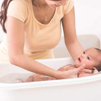 Memandikan bayi/copyright: shutterstock