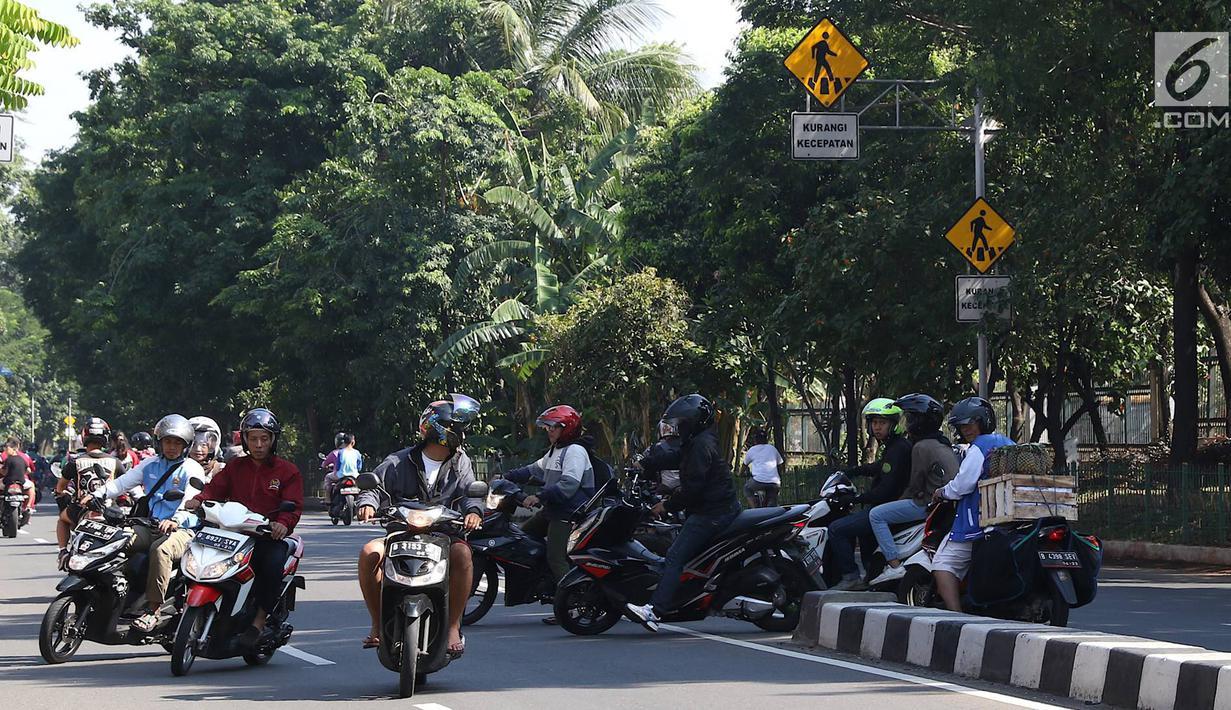 Sejumlah pengendara sepeda motor memutar balik dan melawan arus di kawasan Jagakarsa, Jakarta, Minggu (6/1). Jauhnya akses putar balik menyebabkan para pemotor nekat melawan arah, meskipun berbahaya bagi keselamatan. (Liputan6.com/Immanuel Antonius)