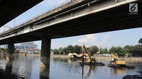 Alat berat dikerahkan petugas untuk melakukan pengerukan di Waduk Grogol, Jakarta, Senin (9/4). Pengerukan dilakukan guna meningkatkan daya tampung waduk sebagai bagian dari upaya mengatasi banjir. (Liputan6.com/Arya Manggala)