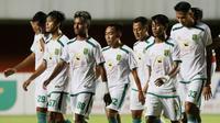 Para pemain Persebaya Surabaya tampak lesu usai ditaklukkan Persib Bandung 2-3 dalam laga perempatfinal Piala Menpora 2021 di Stadion Maguwoharjo, Sleman, Minggu (11/4/2021). (Bola.com/M Iqbal Ichsan)