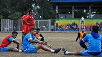 Bek Arema, Arthur Cunha, berdiskusi seusai latihan. (Bola.com/Iwan Setiawan)