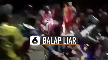 Seorang ibu-ibu bermotor matic jatuh menabrak kumpulan pemuda yang menutup jalan.