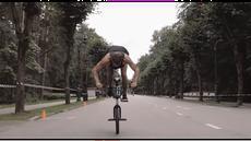 Davis Dudelis atlet sepeda BMX asal Latvia memecahkan rekor dunia dengan tangan dan satu roda saja sejauh 263 meter.