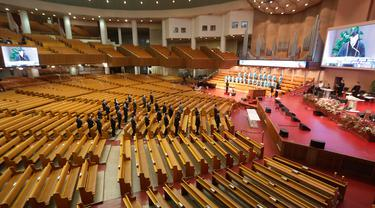 Sejumlah orang memakai masker saat menghadiri misa di Yoido Full Gospel Church, Seoul, Korea Selatan, Minggu (1/3/2020). Gereja memutuskan untuk mengganti layanan hari Minggu secara online untuk keselamatan anggota di tengah penyebaran virus corona COVID-19. (AP Photo/Ahn Young-joon)