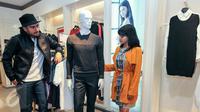 Dua orang model bergaya dengan mengenakan koleksi terbaru G2000 saat peluncuran G2000 winter collection, Jakarta, Selasa (15/12/2015). (Liputan6.com/Yoppy Renato)