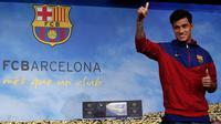 Gelandang Brasil, Philippe Coutinho Correia menyapa awak media saat perkenalan dirinya menjadi pemain Barcelona di Camp Nou, Barcelona, (7/1). Coutinho menandatangani kontrak berdurasi 5,5 tahun bersama Barcelona. (AP Photo/Manu Fernandez)
