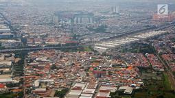 Foto udara lansekap Kota Jakarta, Rabu (28/3). Secara statistik, Sandi menyebut, jumlah warga yang tinggal di rumah kontrakkan mencapai 51,49 persen. (Liputan6.com/Immanuel Antonius)