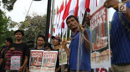 Massa yang tergabung dalam Koalisi Selamatkan Teluk Jakarta menggelar aksi jalan mundur menuju Balai Kota di Jakarta, Senin (24/6). Dalam aksinya mereka meminta kepada Gubernur DKI Jakarta untuk mencabut kembali keputusan penerbitan IMB di Pulau C dan D reklamasi Teluk Jakarta. (Liputan6.com/Angga Y