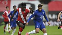 Mohammed Salisu dari Southampton berebut bola dengan Reece James dari Chelsea selama pertandingan sepak bola Liga Inggris di Stadion St. Mary di Southampton, Inggris, Sabtu, 20 Februari 2021. (Neil Hall / Pool via AP)