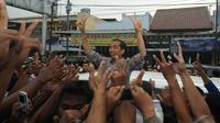 Dengan pengawalan yang tidak terlalu ketat, Jokowi perlahan masuk ke dalam lautan pendukungnya dan berjalan ke arah pasar, Pekalongan, Kamis (19/6/2014) (Liputan6.com/Herman Zakharia)