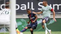 Kapten Bayern Munchen, Franck Ribery (kanan), menghadapi Paris Saint-Germain pada International Champions Cup di Worthersee Stadion, Klagenfurt, Sabtu (21/7/2018). (Twitter Bayern Munchen)