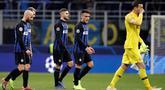 Pemain Inter Milan meninggalkan lapangan pada akhir laga pamungkas penyisihan Grup B Liga Champions melawan PSV Eindhoven di Stadion San Siro, Rabu (12/12). Inter Milan terdepak dari Liga Champions setelah hanya bermain imbang 1-1. (AP/Luca Bruno)
