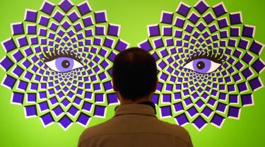 Seorang pria mengamati gambar ilusi optik dalam pameran bertajuk 'Tricked! - The Spectacular Illusion Exhibition' di Kastil Augustusburg di Augustusburg, Jerman, 1 Oktober 2019. Pameran itu menghadirkan karya seniman Meksiko Yunuen Esparza yang mulai dibuka pada 5 Oktober 2019. (AP/Jens Meyer)