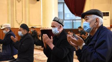 Para jemaah bersembahyang di Masjid Ak di Urumqi, Daerah Otonom Uighur Xinjiang, China barat laut, pada 13 April 2021. (Xinhua/Sun Shaoxiong)