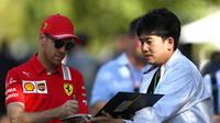 Sebastian Vettel melayani permintaan tanda tangan fans. (Zimbio.com)
