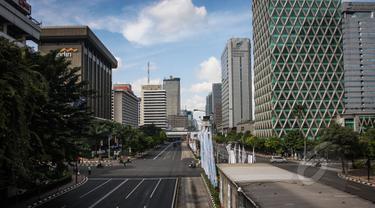Suasana jalan protokol (Medan Merdeka Barat dan Thamrin) tampak sepi dari kendaraan bermotor, Jakarta, Rabu (22/4/2015). Sejumlah ruas jalan utama di Jakarta ditutup untuk sementara saat puncak Konferensi Asia-Afrika (KAA). (Liputan6.com/Faizal Fanani)