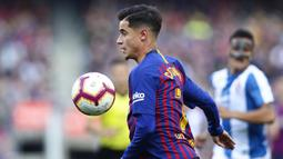 Gelandang Barcelona, Philippe Coutinho, mengontrol bola saat melawan Espanyol pada laga La Liga di Stadion Camp Nou, Sabtu (30/3). Barcelona menang 2-0 atas Espanyol. (AP/Manu Fernandez)
