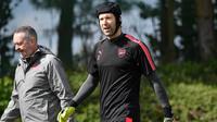 Kiper Arsenal, Petr Cech, saat latihan jelang laga leg pertama semifinal Liga Europa 2017-2018, Kamis (26/4/2018). Arsenal akan berhadapan dengan Atletico Madrid. (AFP/Ben Stansall)