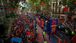 Para warga dan penggemar menyambut pemain Barcelona saat parede di Barcelona (30/4). Barcelona langsung mengelar parade perayaan gelar juara sehari setelah mengalahkan Deportivo La Coruna di pertandingan ke-35 Liga Spanyol. (AP/Manu Fernandez)