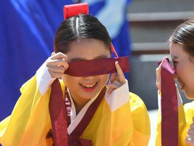 Dua gadis Korea Selatan berbincang saat upacara Coming of Age Day di desa Hanan Namsan di Seoul (21/5). Coming of age day atau Hari Kedewasaan dirayakan pada minggu ketiga bulan Mei. (AFP Photo/Jung Yeon-je)