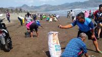 Ratusan ribu atau bahkan jutaan ekor ikan mati dan terdampar di Pantai Jetis, Cilacap, Jawa Tengah, Sabtu, 12 Oktober 2019. (Foto: Liputan6.com/Facebook-Paijo Kbm/Muhamad Ridlo)