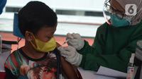 Seorang anak mendapatkan vaksin covid-19  di Stadion Utama Gelora Bung Karno (GBK), Senayan, Jakarta, Sabtu (3/7/2021). Pemprov DKI menggelar vaksinasi massal bagi anak usia 12-17 tahun di Stadion GBK selama dua hari, yakni pada 3-4 Juli 2021. (merdeka.com/Imam Buhori)