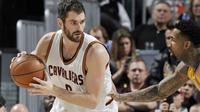 Forward Cleveland Cavaliers, Kevin Love, diperkirakan absen selama enam pekan setelah menjalani operasi lutut kiri pada Selasa (14/2/2017). (NBA)
