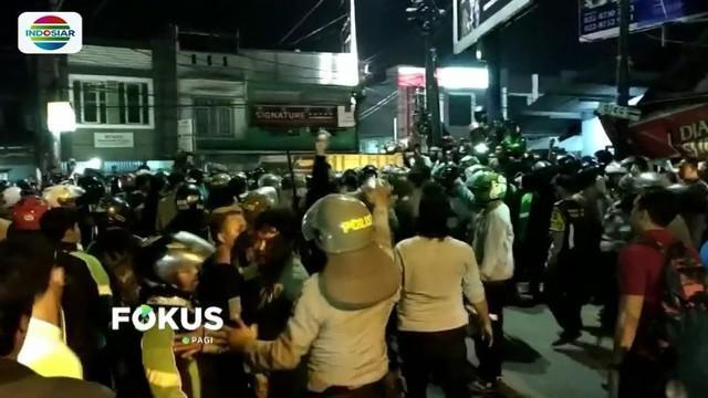 Bentrokan antara ojek online dan ojek pangkalan di Bandung semakin meluas. Hingga Jumat (27/7) tengah malam, situasi di kawasan Bojongsoang, Bandung, masih mencekam.