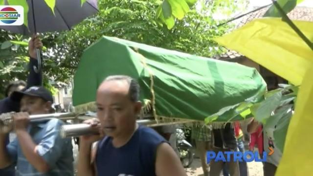 Dua orang tewas dan satu lainnya kritis setelah menenggak minuman keras oplosan di Karawang, Jawa Barat.