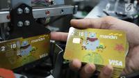 Petugas sedang mencetak kartu kredit edisi Asian Games 2018 di Unit Pembuatan Kartu Bank Mandiri, Jakarta, Kamis (1/3). Sebagai Official Prestige Partner, Bank Mandiri menerbitkan kartu kredit edisi Asian Games 2018. (Liputan6com/Angga Yuniar)
